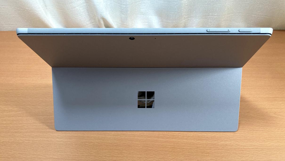 マクロソフトの「Surface Pro 7(タイプカバー、黒)」背面
