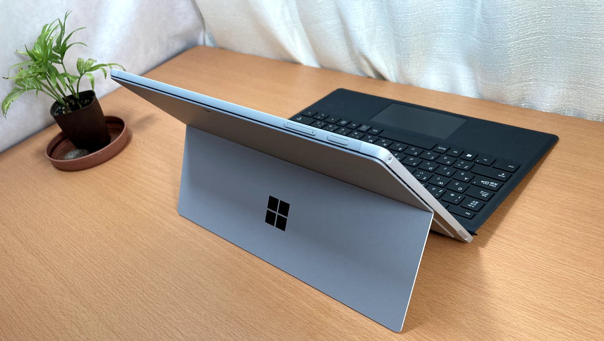 マクロソフトの「Surface Pro 7(タイプカバー、黒)」左斜め後ろ