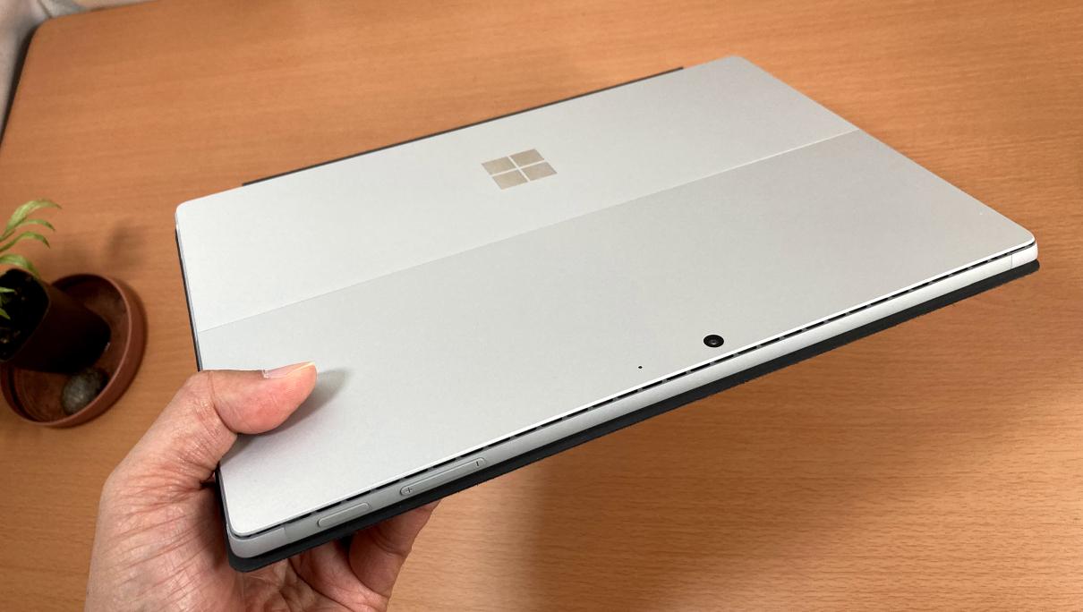 マクロソフトの「Surface Pro 7(タイプカバー、黒)」手で持ったところ