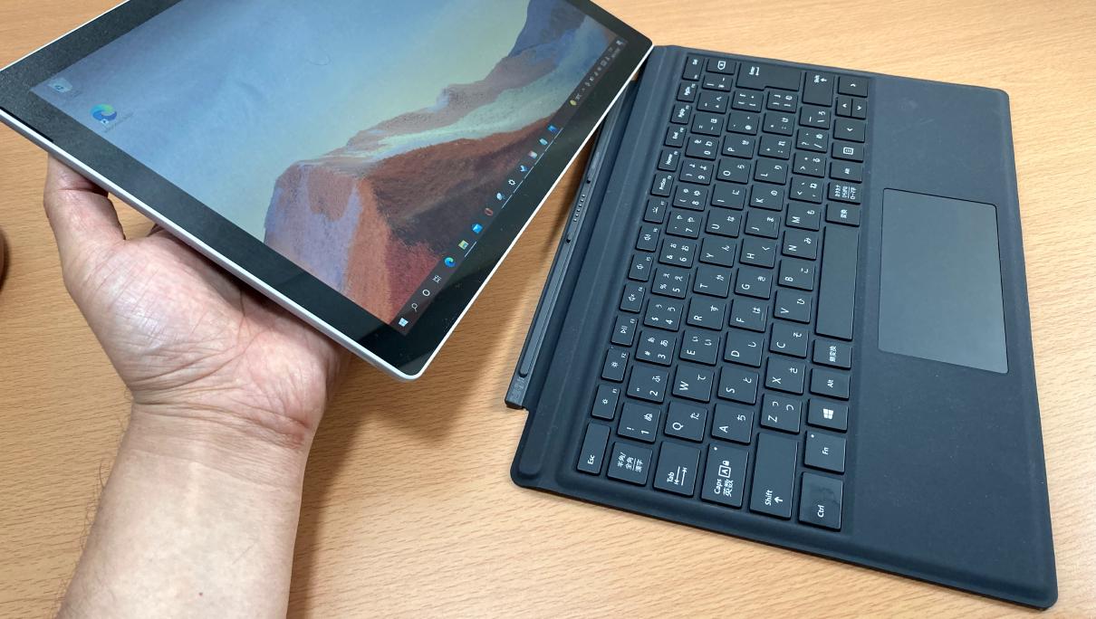 マクロソフトの「Surface Pro 7(タイプカバー、黒)」本体との脱着