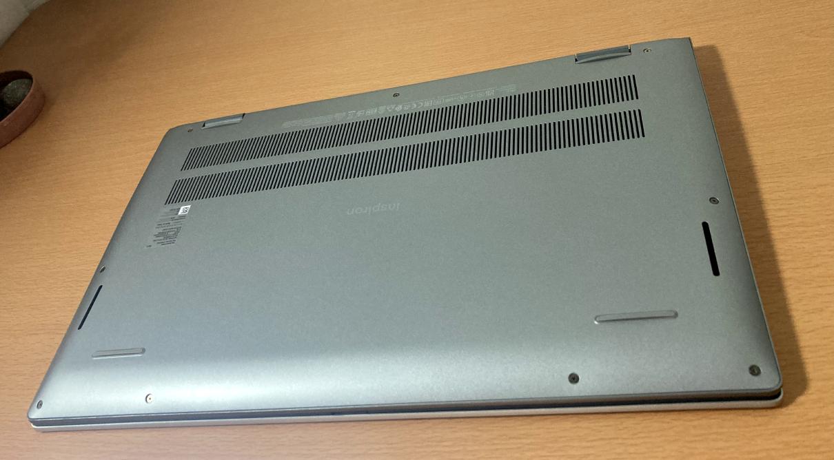 「Dell Inspiron 15(5515)」プラチナシルバー・背面